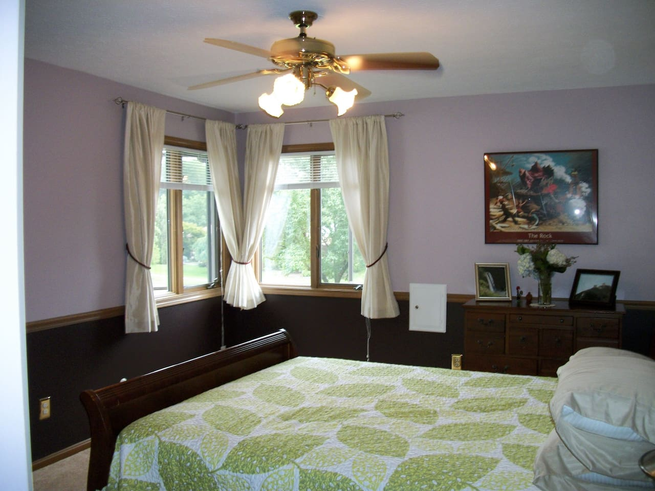 Abundant natural light in a nice quiet room with queen bed, privately located in front of house