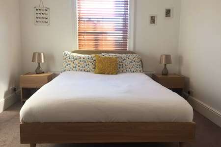 Quiet double room available in roomy relaxed house - Casa
