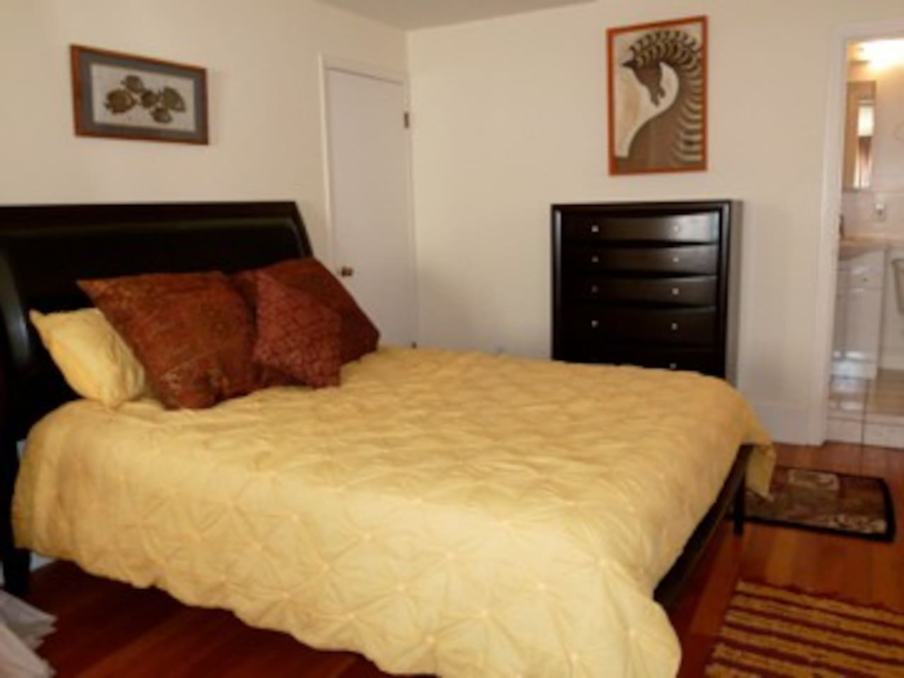 Queensize pillowtop, private washer/dryer, walk in closet
