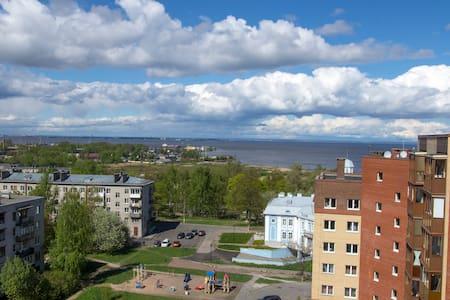 Комната в 3-комнатной квартире в центре Ломоносова - Lomonosov