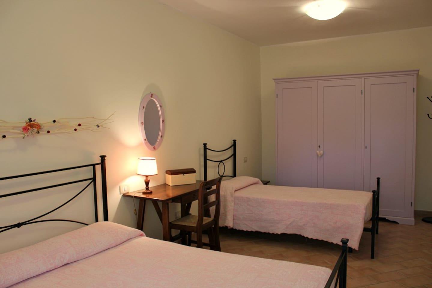 Camera dell'Appartamento Fabiola, letto matrimoniale + letto singolo. Primo piano.