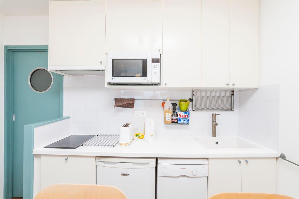 cuisine avec tout confort, four, plaque à induction, lave vaisselle, réfrégirateur