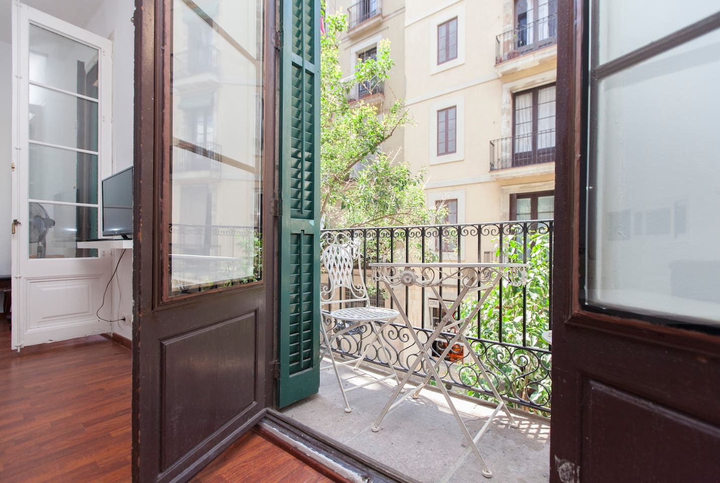 Spacious and sunny apartment in front of Born Market.