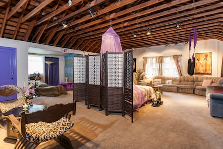 An Enormous Pharaoh's Chamber - Geyserville - Bed & Breakfast