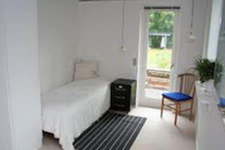 Lyst værelse i natur skønt område - Værløse - Bed & Breakfast