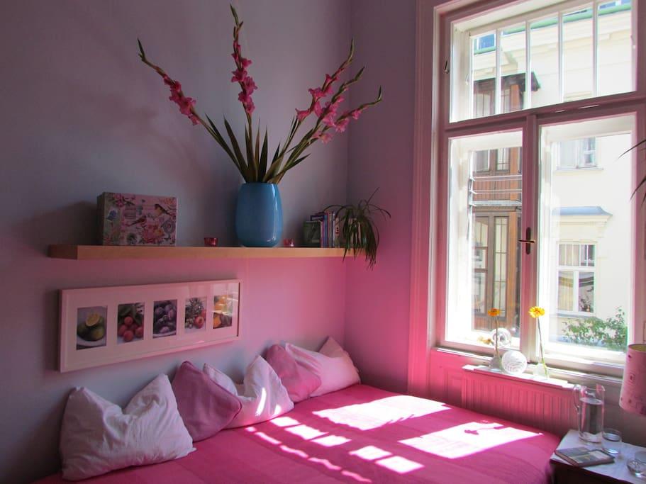 Bequemes Bett in der Mittagssonne