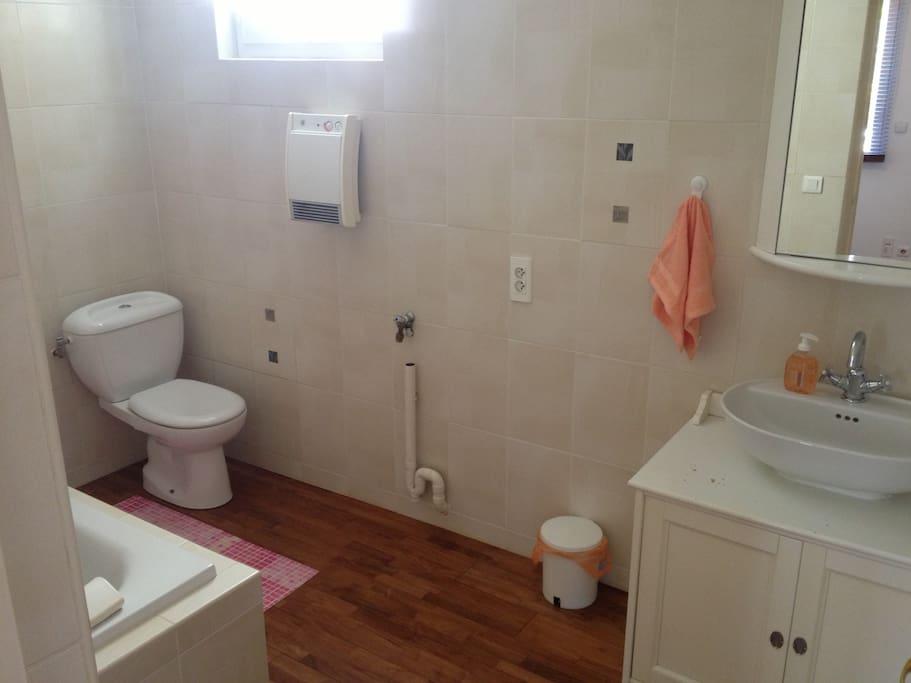 En accès direct avec la chambre et équipée d'une Baignoire-Douche. Ventilée par fenêtre et VMC.