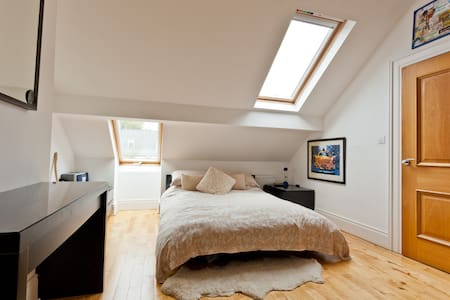 Comfortable kingsize in warm home - Belfast - Maison