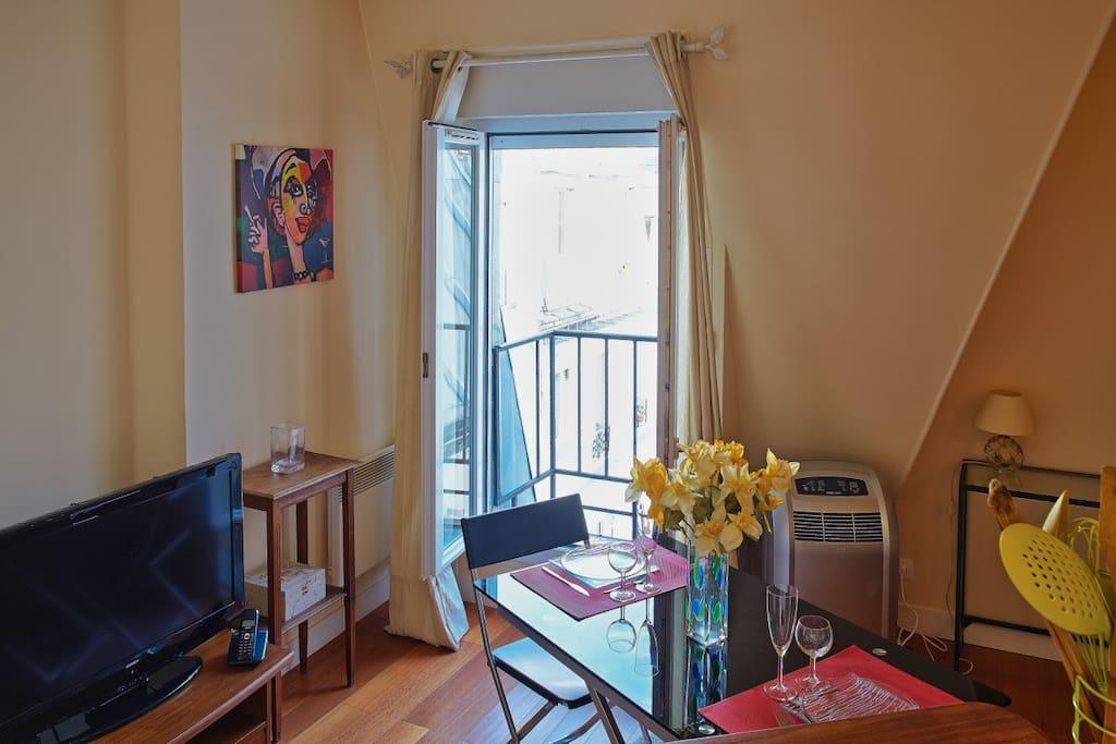View from living room with small balcony - Vue de la fenêtre du salon avec son balconnet.