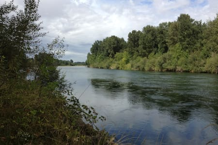Retreat on the Willamette River - Rundzelt
