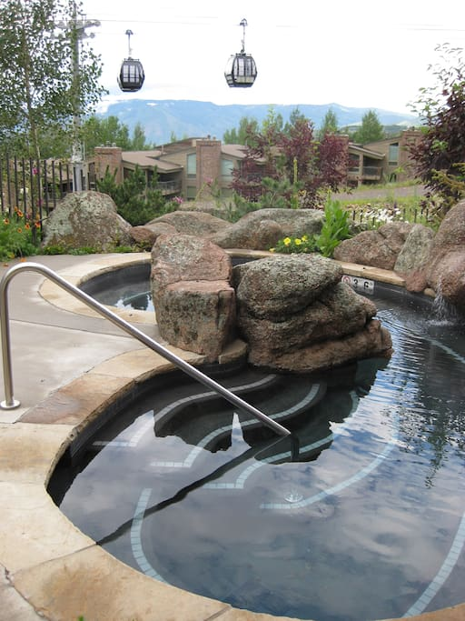 Hot Tub next to ski-in/ski-out and hiking trail access