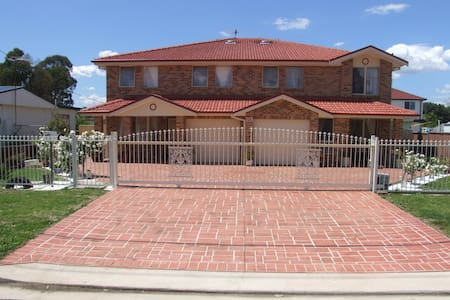 Modern brick/veneer 4-bedroom home - Blacktown - Hus
