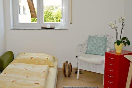 Zimmer in moderner Wohnung in Messenähe (3,5 km) - Daire