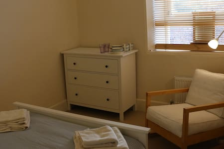 Lovely double bedroom in town house - Townhouse
