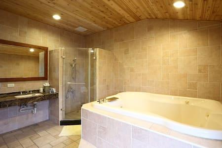 鄉村套房 四人套房 包含四人份保溫按摩浴缸  讓你的旅程的疲累獲得舒解 - Bed & Breakfast