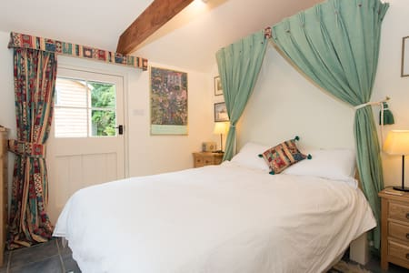 Garden Room,Rural Village B and B, - Oxfordshire