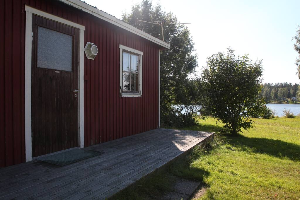 The small house from outside, 20 m from the lake. Full sun (south).