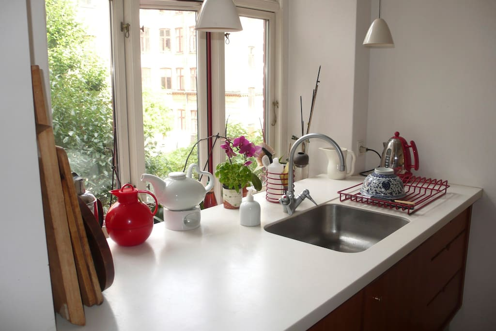 Corian kitchen table. Dishwasher.