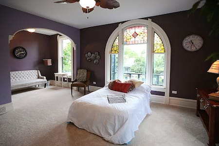 Huge Master Bedroom in Victorian Bed & Breakfast - Penzion (B&B)