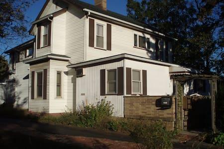 Homey Furnished TWO Bedroom Apt. C3 - Cleveland - Ev