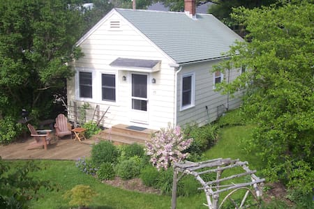 Walk to beach from 2 bdrm cottage - Middletown