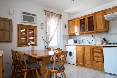Nær sentrum, praktisk leilighet, 2 balkonger, wifi - Foça - Byt