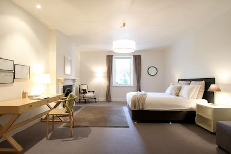 Altamont House - close to CBD - West Hobart - Bed & Breakfast