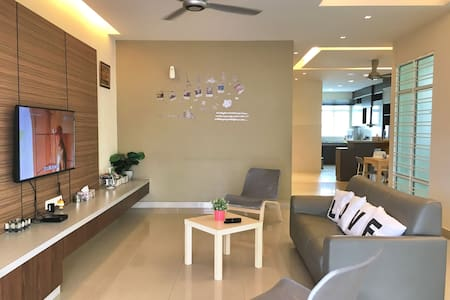 3-Storey Holiday Home 6 Bedrooms 20 Pax - (iBook2) - Villa