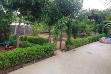 Grande villa fleurie face plage - Ngaparou - House