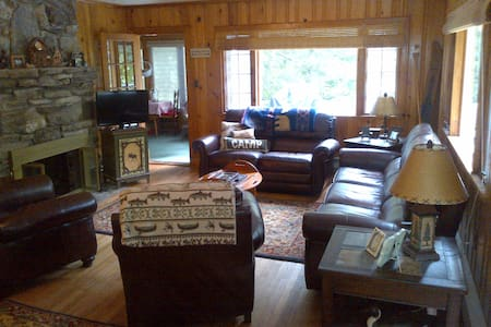 Cabin with private beach, classic Lake George 2BR - 단독주택