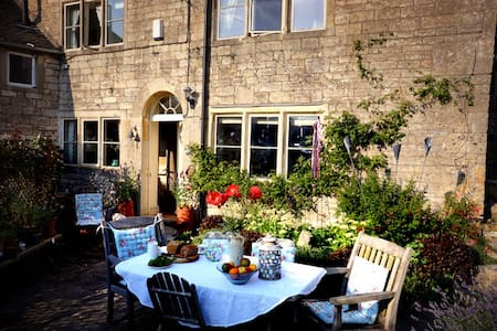 B&B in traditional Cotswold cottage - Inap sarapan