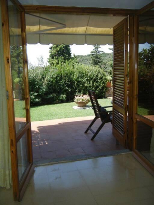 Finestra sul giardino del salotto/cucina