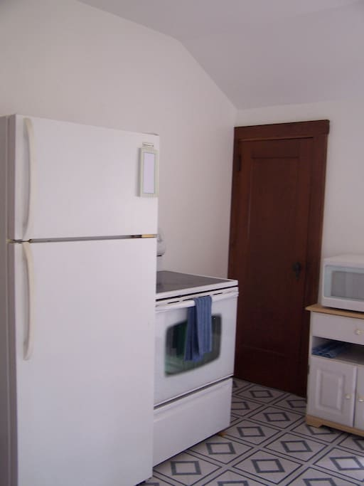 Full-size Refrigerator/Freezer and Range
