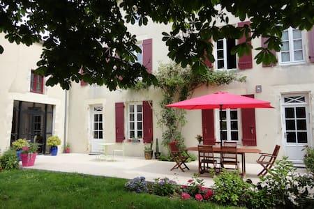 LOGIS DE CHARME  - Guesthouse