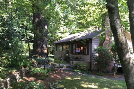 Tryon 2 BR House Best in-town neighborhood - Huis