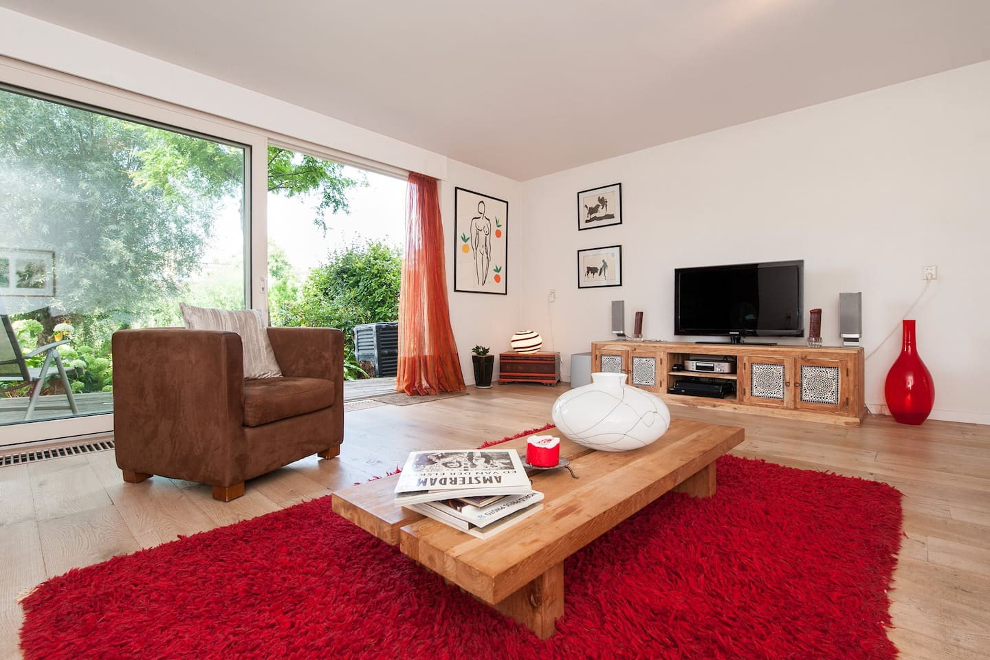 A spacious living room, direct contact with garden along canal