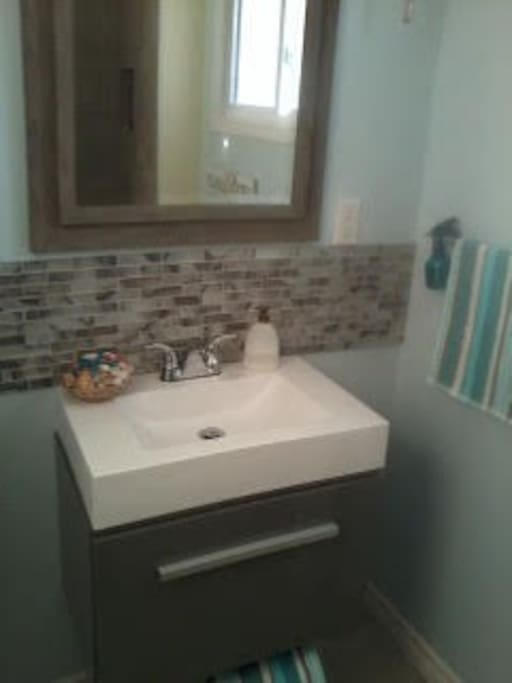 Main bathroom Fully renovated new vanity, in floor heating freshly painted walls and ceilings