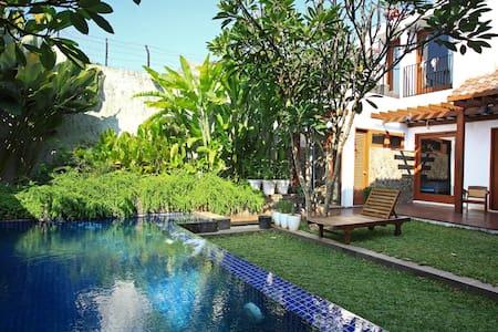 A tropical house in Central Jakarta - Jakarta Pusat - Bed & Breakfast