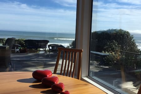 Breakfast by the beach - Paekakariki - House