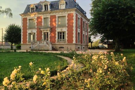 Chateau de La Chaix - Bed & Breakfast