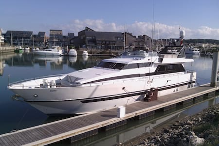 big yacht for 8 persons on the beach to Deauville , good situation, beach , city center and casino is ideal place , parking gratis