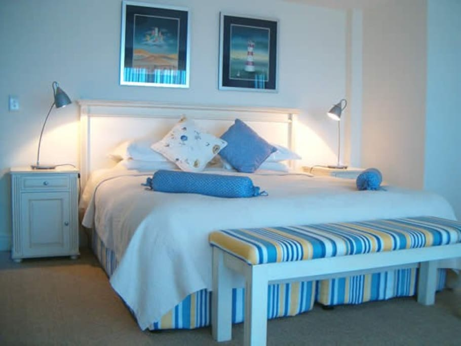 Beautiful Room 6: Lagoon Suite with 180 degree Lagoon Views, extra large double-bed