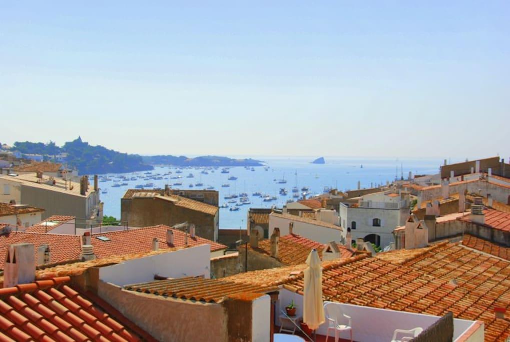 Vistas sobre los tejados, la iglesia y la bahía de Cadaqués.
