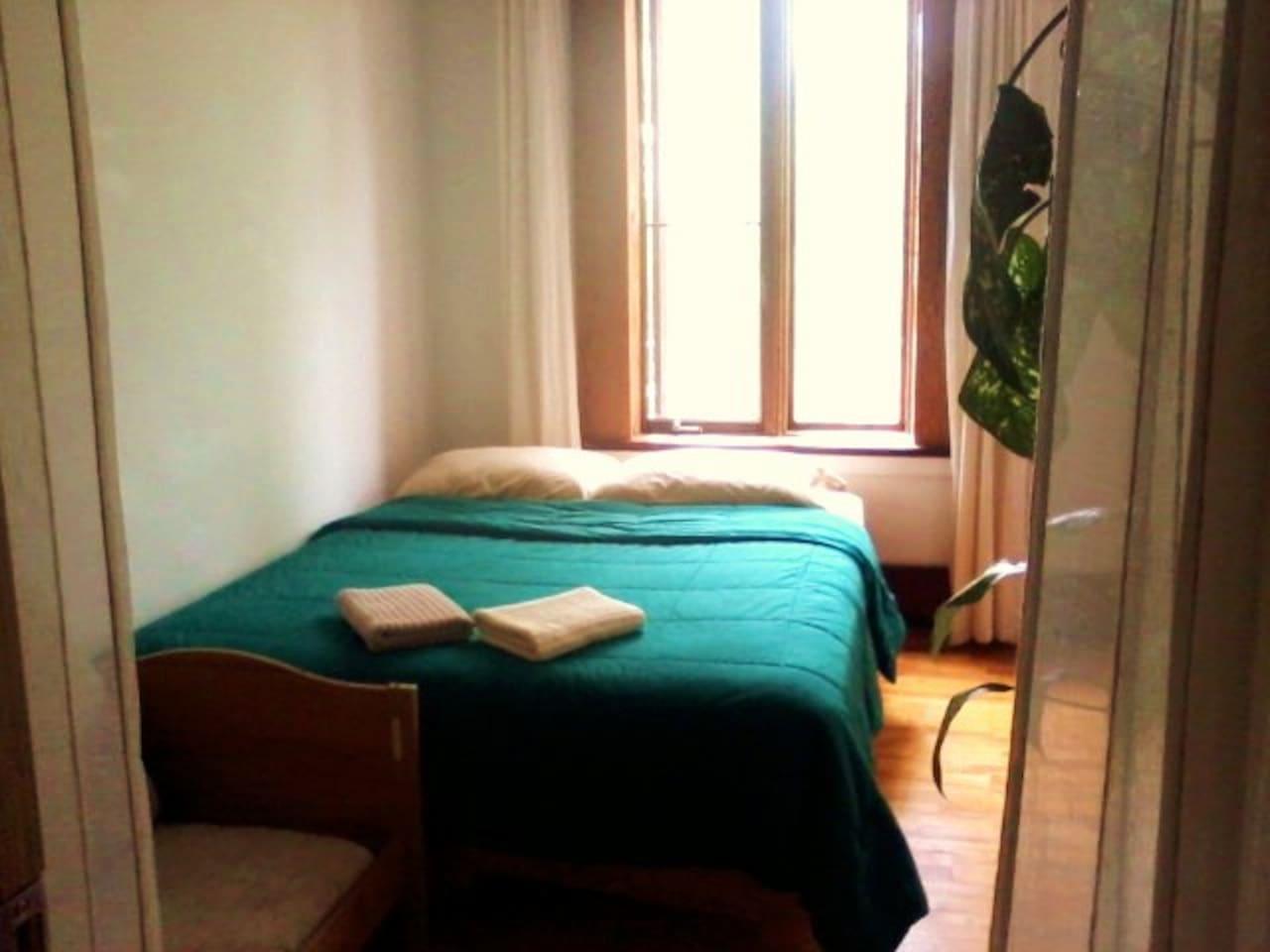 Chambre à couché avec lit queen