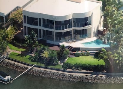 Superb waterfront executive home. Near Theme Parks - House