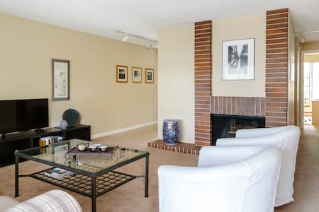 Luxury Mercer Island Condominium in Quiet Village - Mercer Island - Condominium