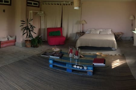Espaciosa habitación con vistas y jardín. - House