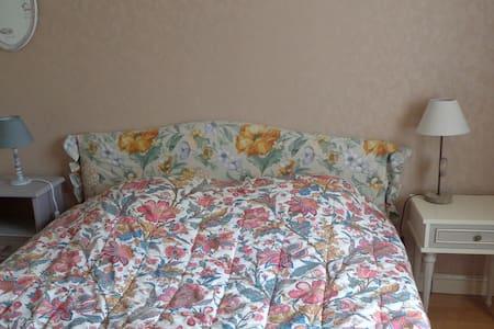 Surgères chambre coquette et tranquille - Guesthouse