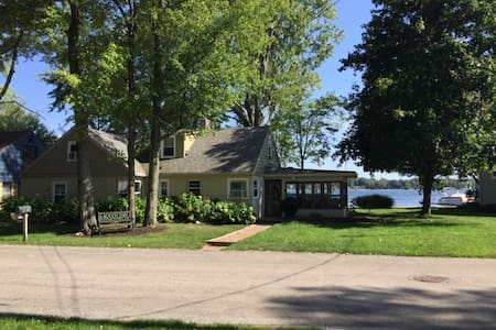 Lakefront 3 bedroom home in Rockford/Grand Rapids - Rockford