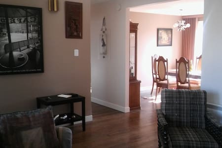 Room in quiet neighborhood - Laval - Bungalow